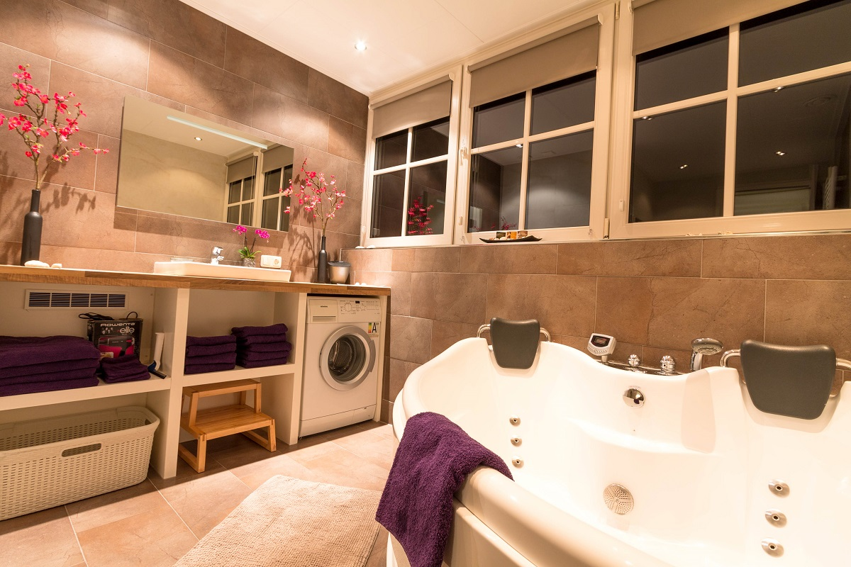 NagtegaalFoto - vakantieappartement Ameland Nes luxe Olivier badkamer met bubbelbad